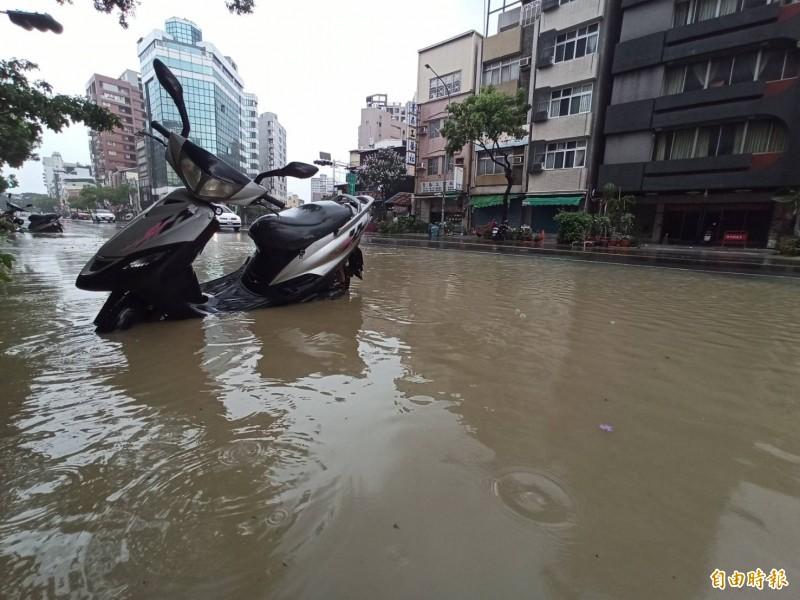 高雄被雨轟炸,多處道路出現淹水狀況。(記者黃佳琳攝)