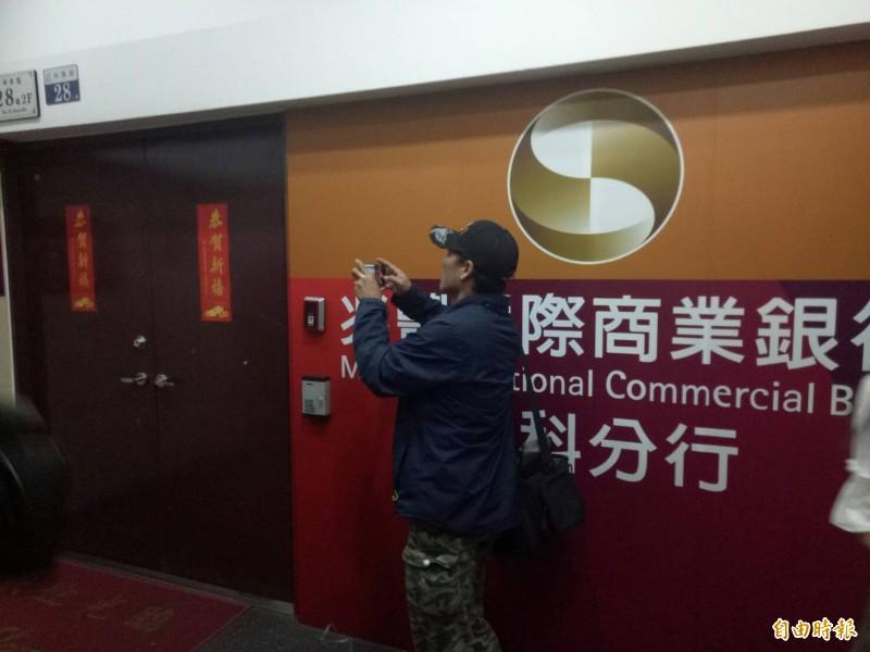 台中市中科園區內的兆豐銀行中科分行中午傳出銀行搶案。(記者張軒哲攝)