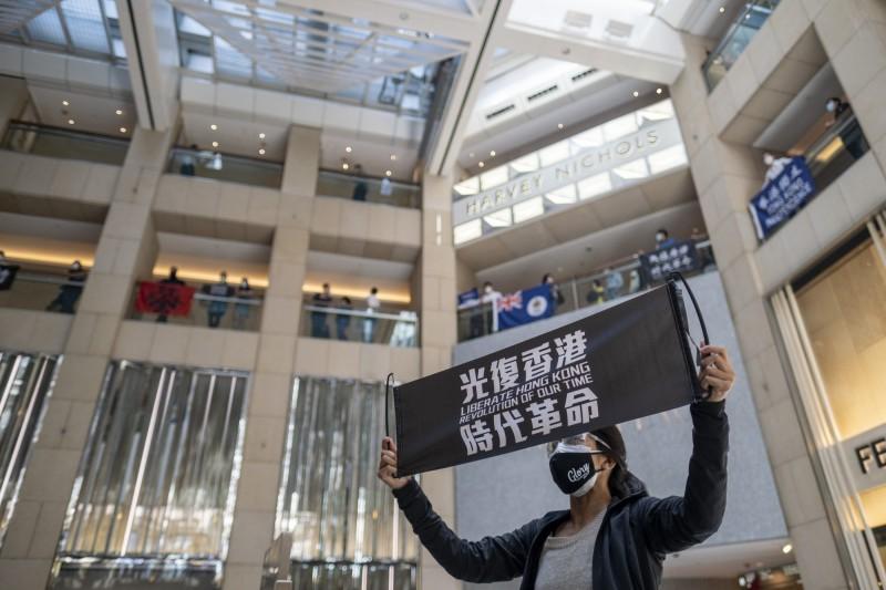 中國擬推「港版國安法」,引起香港和國際譁然。圖為港人高舉「光復香港」標語。(彭博)