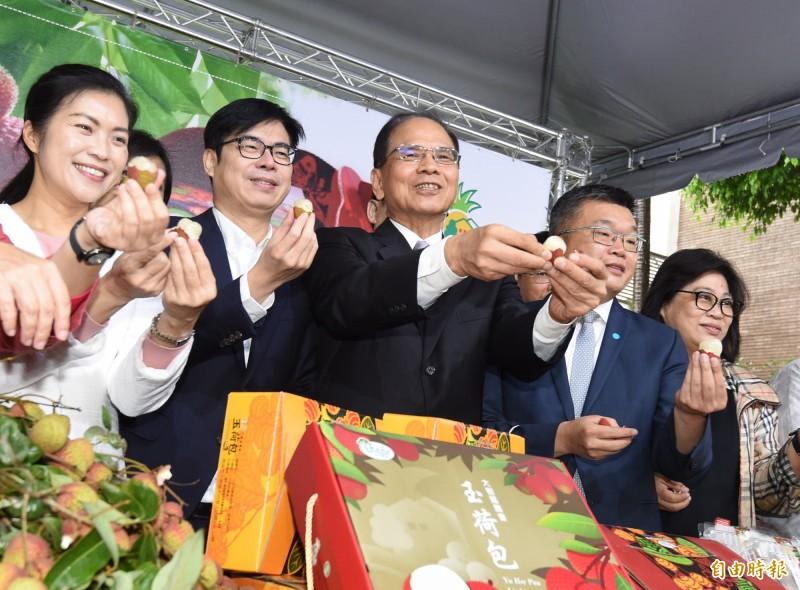 陳其邁(左二)今出席立法院高雄農產品促銷活動,回應罷韓相關問題。(記者劉信德攝)