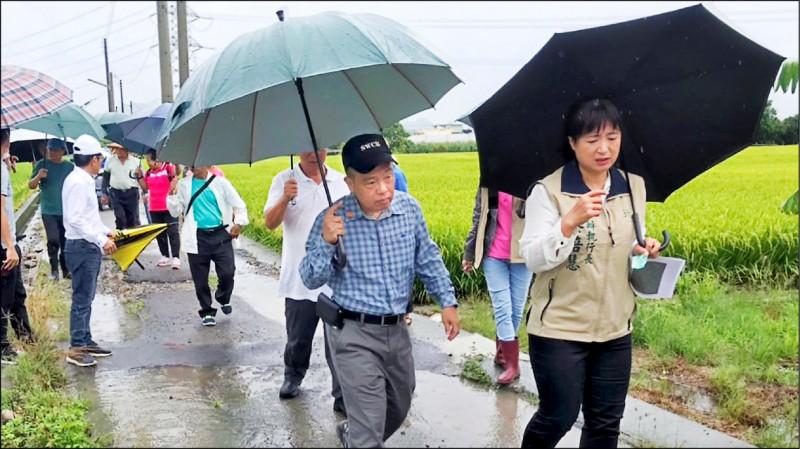 行政院中辦執行長蔡培慧(第一排右)在草屯多里的民眾陪同下,雨中會勘草屯鎮郊區多條農路。(蔡培慧服務處提供)