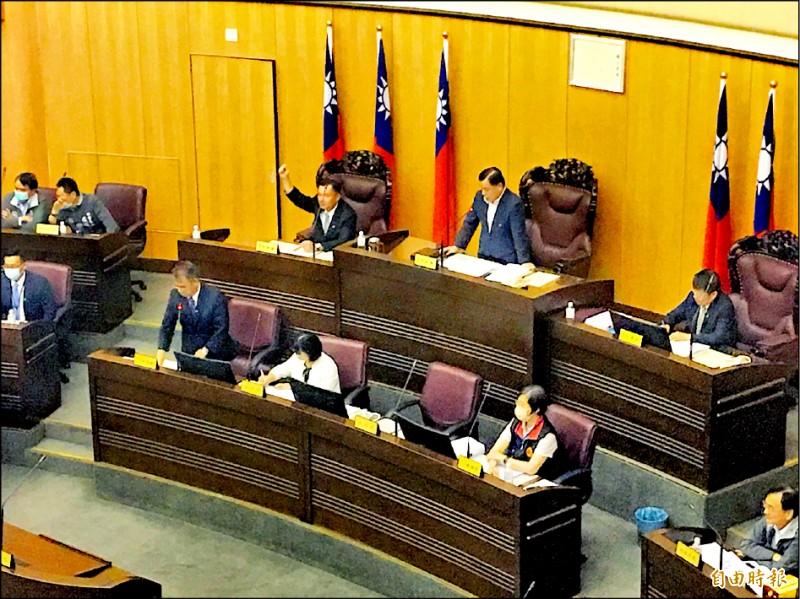 桃園市議會表決違規拖吊費調漲案,副議長李曉鐘(後排左三)雖投票反對,但未到議員席投票無效,成為關鍵一票。(記者謝武雄攝)