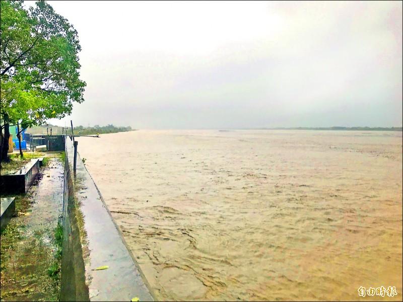 高屏溪攔河堰昨流量大增至4000多CMS(立方公尺/秒),原水濁度飆高達11000NTU。(記者陳文嬋攝)