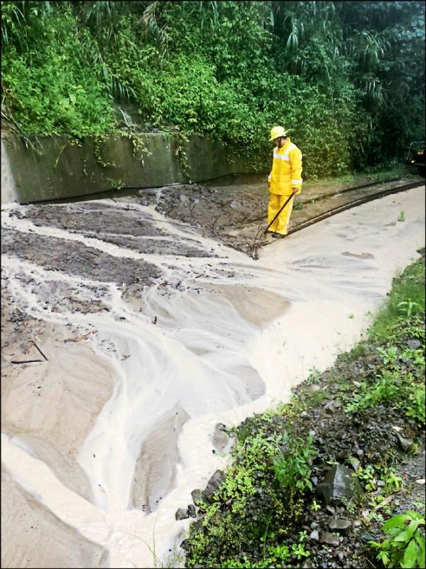 阿里山林鐵奮起湖以上路段鐵軌遭土石掩蓋,無法通行。(記者蔡宗勳翻攝)