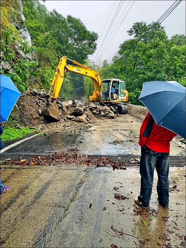 嘉一六九線石棹往達邦路段發生坍方、交通中斷,緊急搶修。(記者蔡宗勳翻攝)
