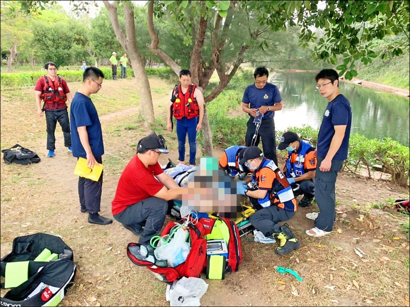 李姓男子被警方載到億載金城玩,不幸溺斃。 (記者王捷翻攝)