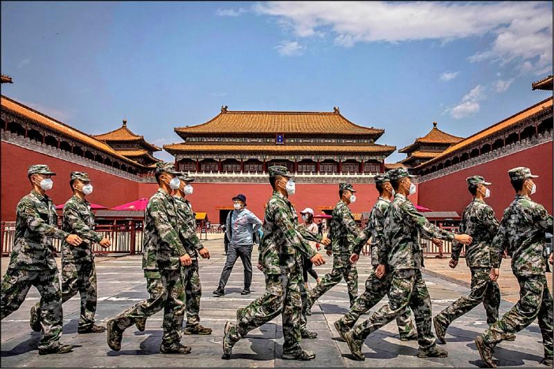 中國昨公布年度軍事預算,編列人民幣一兆二六八○億元(約新台幣五.四兆元),較去年成長六.六%,是台灣今年度國防預算的十五倍。(歐新社)