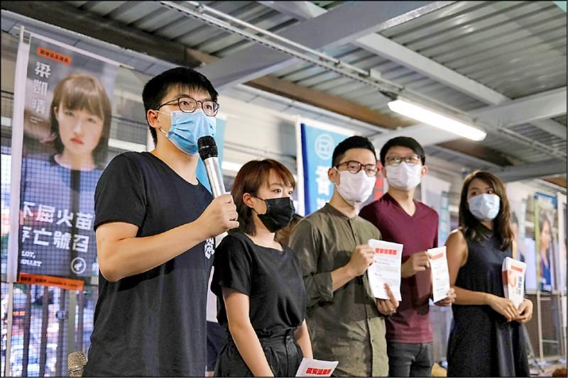 香港民主派人士、眾志秘書長黃之鋒二十二日就反對港版國安法向媒體發言。(路透)