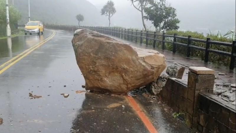 「砰!」清晨5時許,外木山湖海路崩落一塊落石,還好沒有砸到人車,砸毀人行道水泥基座。(記者林嘉東翻攝)