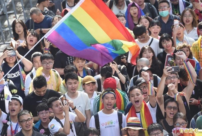 去年5月17日立法院三讀通過同婚法案,場外民眾激動歡呼。(資料照)