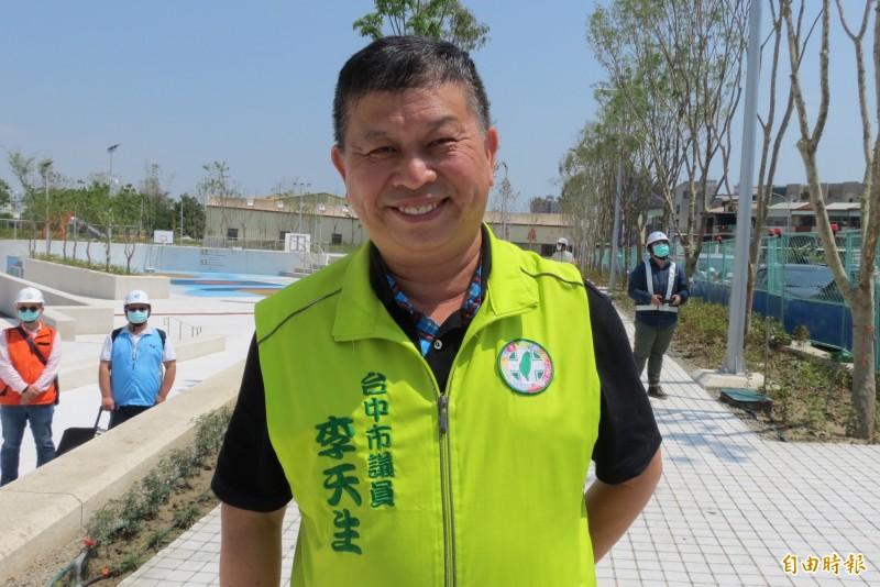 民進黨台中市黨部黨職明改選,新主委李天生雖篤定當選,為「贏回市長、議會過半」,還是四處拉票。(記者蘇金鳳攝)