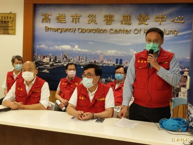 高雄市長韓國瑜(左)今上午主持一級災害應變會議,他表示,全市119個積淹水點已全退水完畢,為改善鹽埕區淹水問題,1年內增設一座抽水站。(記者方志賢攝)