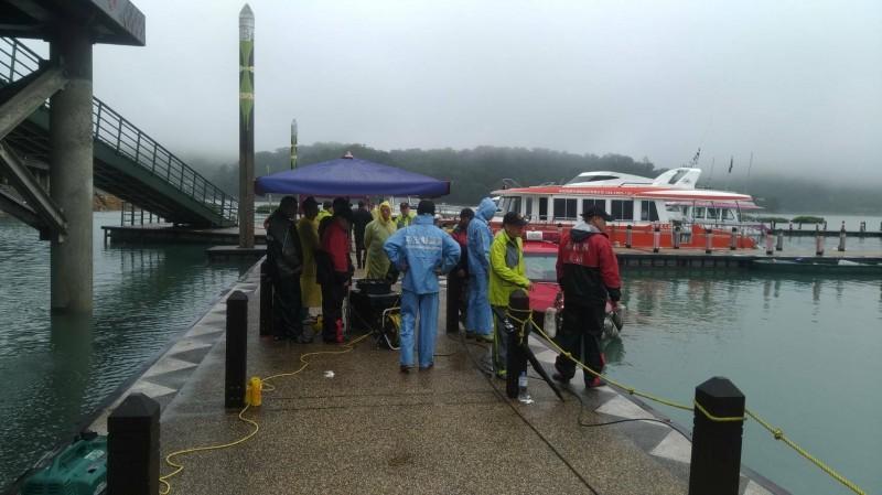 日月潭玄光碼頭傳出女子落水,警消派出船艇與人員在相關水域搜救。(記者劉濱銓翻攝)