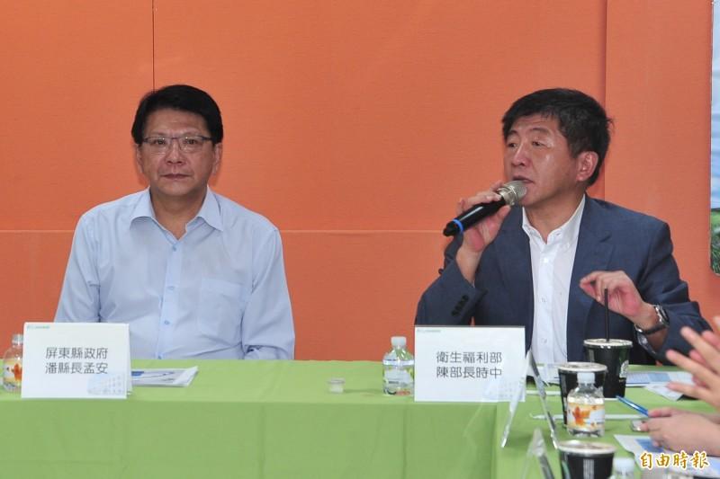 2017年屏東縣長潘孟安曾與阿中部長在恆春旅遊醫院合體。(資料照,記者蔡宗憲攝)