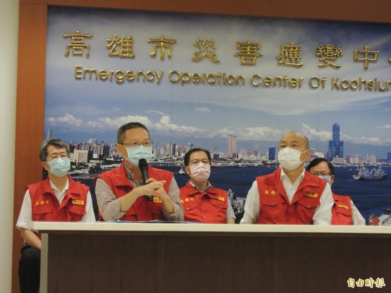 韓國瑜原本想說一萬多個箱涵破洞修復情況,立刻被水利局長李戎威(前排左一)攔截,強調目前修復的是236處嚴重破損。(記者王榮祥攝)