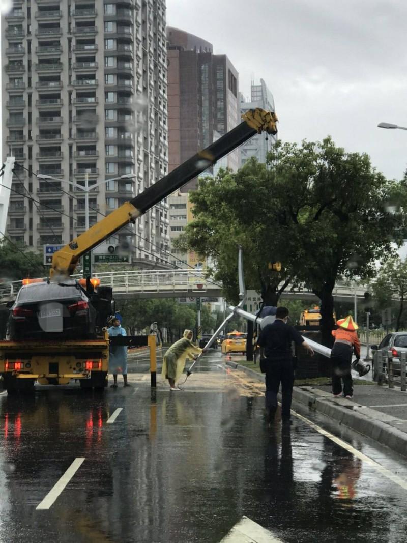 高雄豪大雨積水慢退,一名男子開車打滑自撞安全島、路燈受傷送醫,酒測值0.04被函送。(記者黃良傑翻攝)
