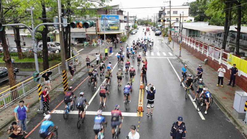 2020台南雙壩騎跡自行車二日公路挑戰賽今、明2天舉辦,吸引不少來自各地的單車好手參加。(記者萬于甄翻攝)