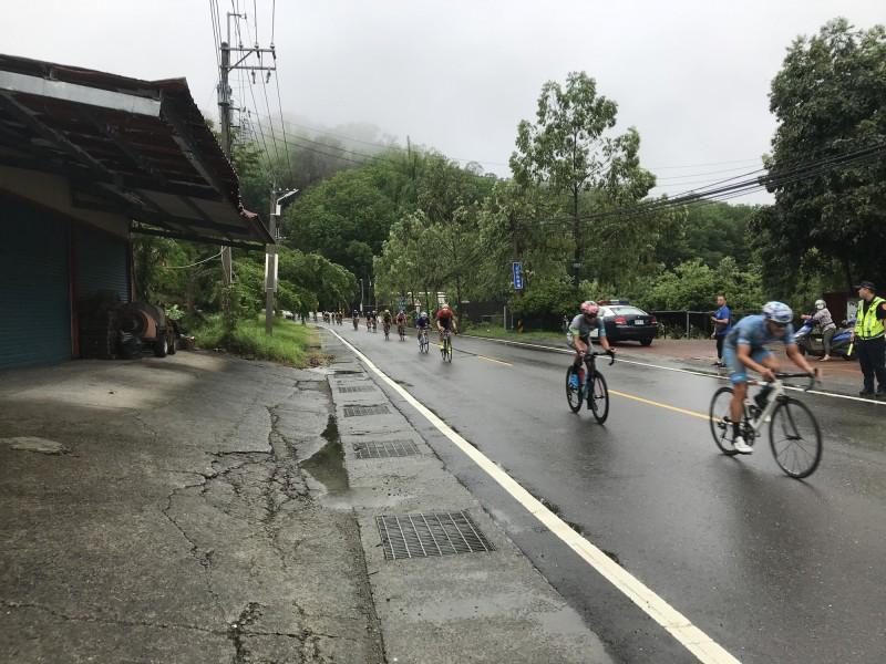 2020雙壩自行車挑戰賽今上午傳出3名單車騎士因距離過近不慎追撞摔車,3人肢體多處擦挫傷,送醫後所幸並無大礙。圖為示意圖,非當事人。(記者萬于甄翻攝)