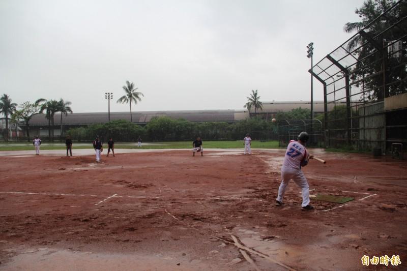記者盃慢速壘球賽不畏風雨開打。(記者葉永騫攝)