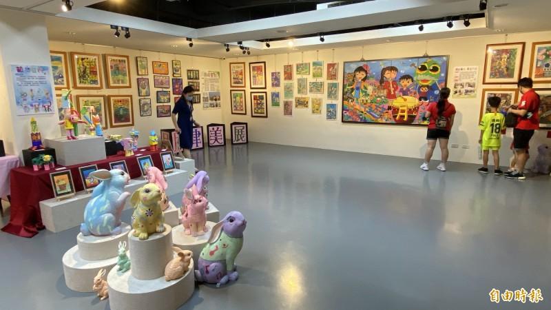 鹽水月津國小展出主題為「繽紛童年、藝遊月津」。(記者楊金城攝)