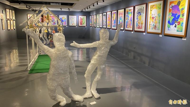 新營新進國小展出主題為「藝.精湛(ART.AWESOME)」。(記者楊金城攝)