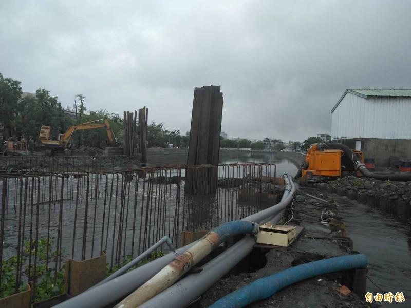 東港第一大排疑施工不當,造成上游大淹水。(記者葉永騫攝)