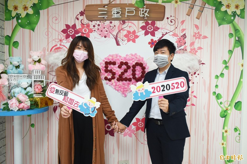 同婚生效滿週年,新北累計760對登記,圖為在三重戶所辦理登記的同性伴侶。(記者何玉華攝)