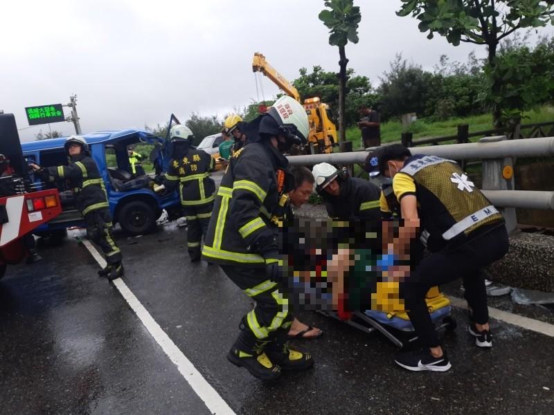 公路局公務車自撞橋墩,車頭嚴重變形,司機夾困車內20分鐘後獲救。(記者黃明堂攝)