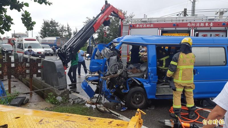 公路局公務車自撞橋墩,車頭嚴重變形。(記者黃明堂攝)