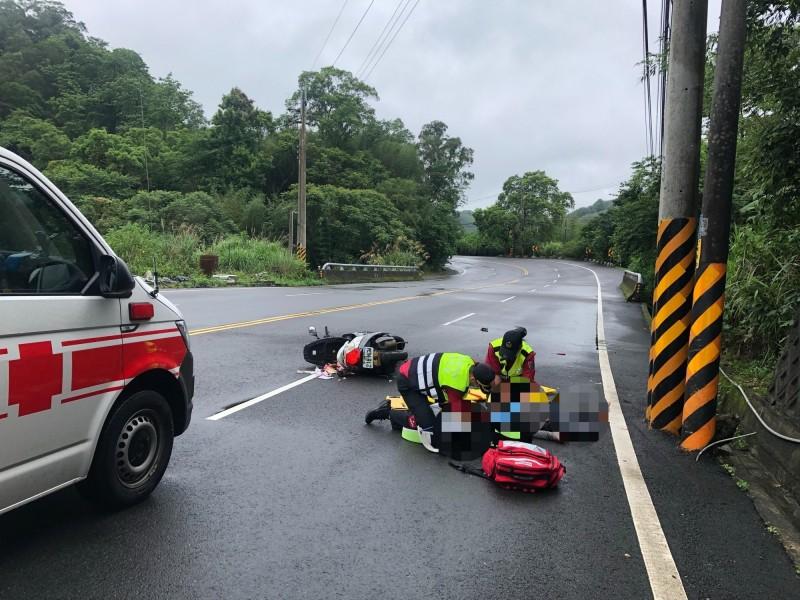 台3線機車騎士自撞,意識不清搶救中。(記者蔡政珉翻攝)