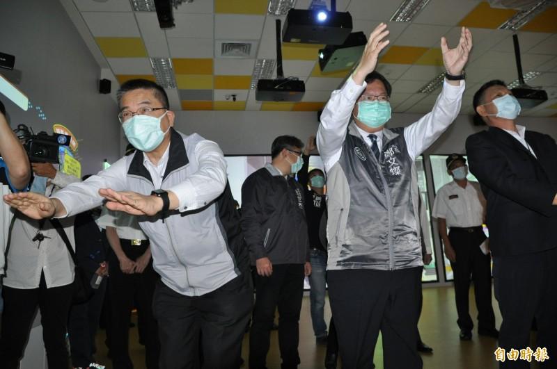 內政部長徐國勇(左一)、桃園市長鄭文燦(右二)在桃園防災教育館體驗各項設施。(記者周敏鴻攝)