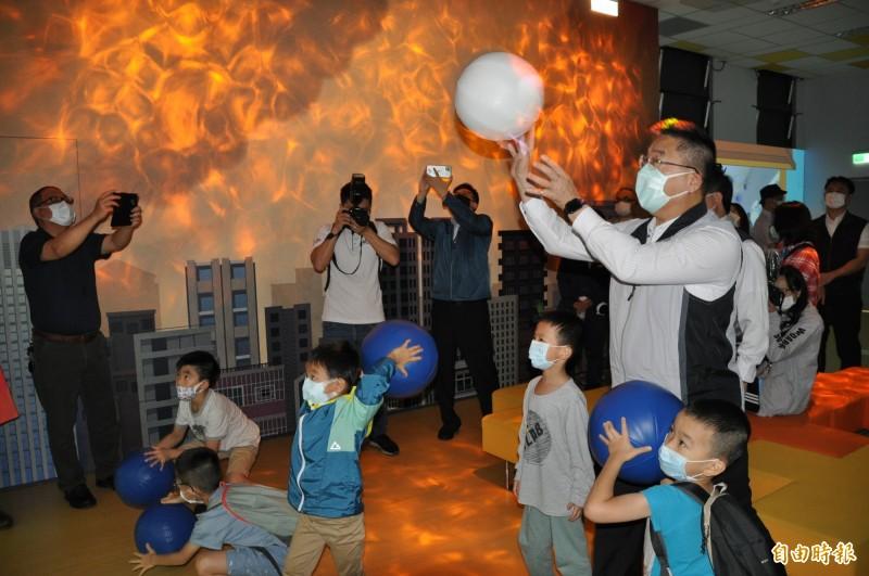 內政部長徐國勇(右一)在桃園防災教育館體驗各項設施。(記者周敏鴻攝)