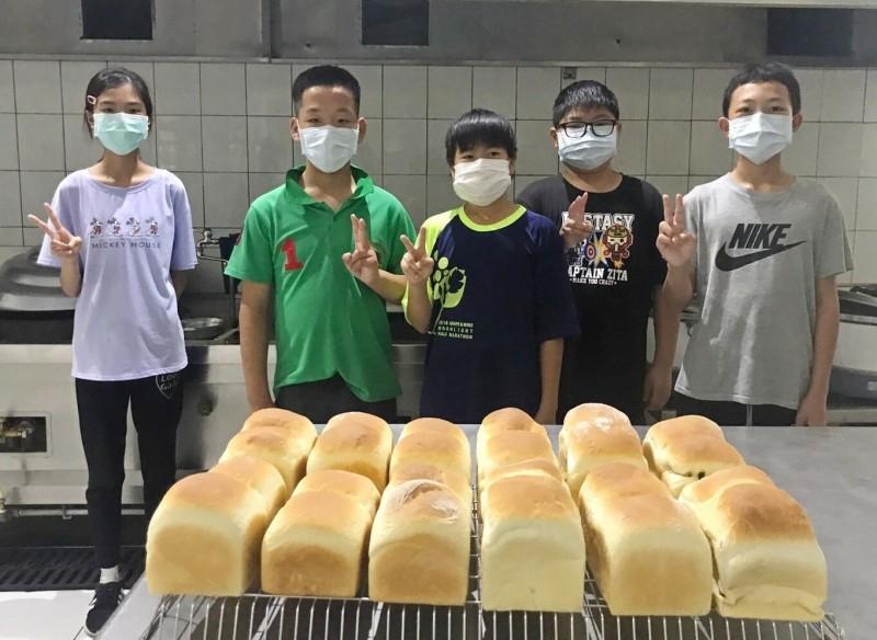 用愛旅行!畢旅「疫」外泡湯 小學畢業生用旅費製麵包送弱勢
