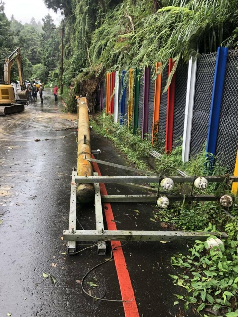 南投溪頭往杉林溪的道路,因連日大雨造成土石滑落樹木倒塌擊倒電線桿,造成交通、電力一度中斷,經過搶修已陸續恢復正常。(記者劉濱銓翻攝)