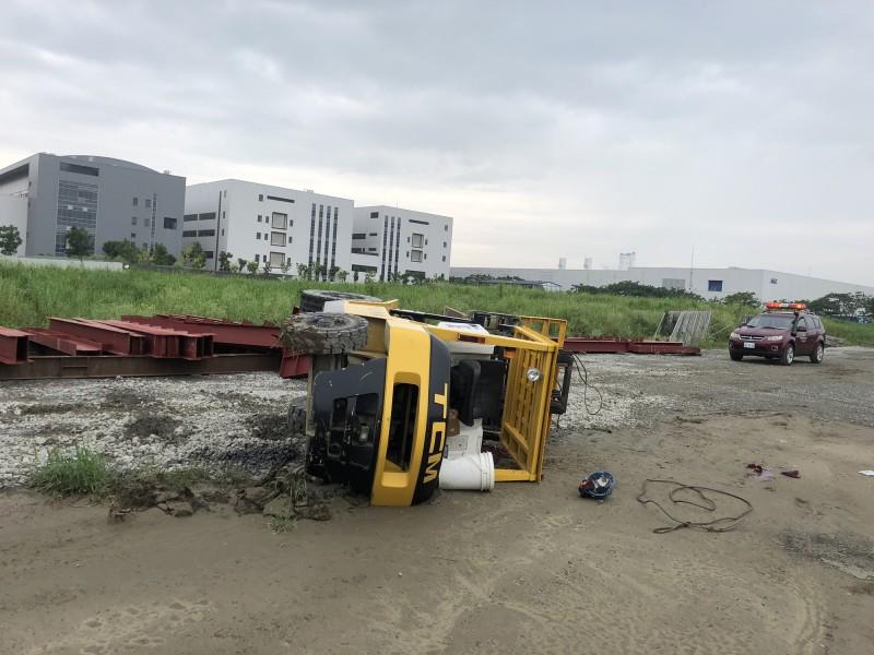 台南新市一處工地今下午傳出堆高機翻覆意外,駕駛41歲鍾姓男子因一度遭壓在車底,救出後意識昏迷,緊急送醫搶救中。(記者萬于甄翻攝)