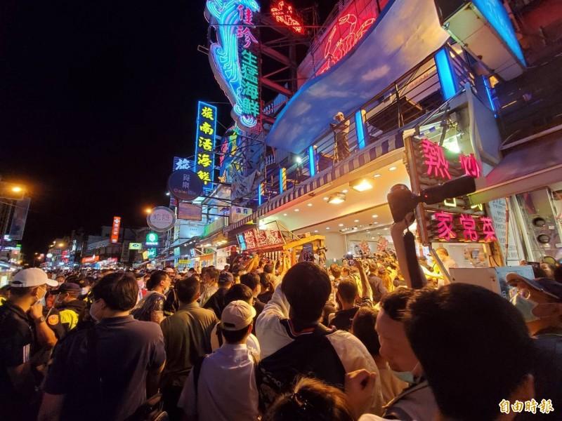 指揮中心指揮官陳時中造訪墾丁大街,超高人氣吸引大批民眾爭相拍照。(記者林惠琴攝)