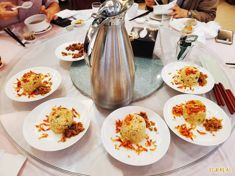 屏東東港餐廳原本主打合菜,因應防疫則調整為套餐、一人一份的形式。(記者林惠琴攝)