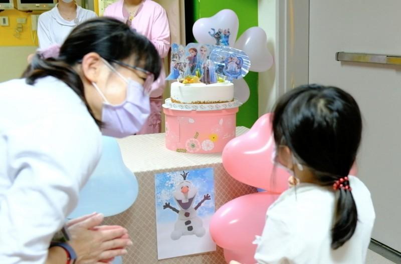 隨母旅遊土耳其染疫 5歲女童住院58天出院了