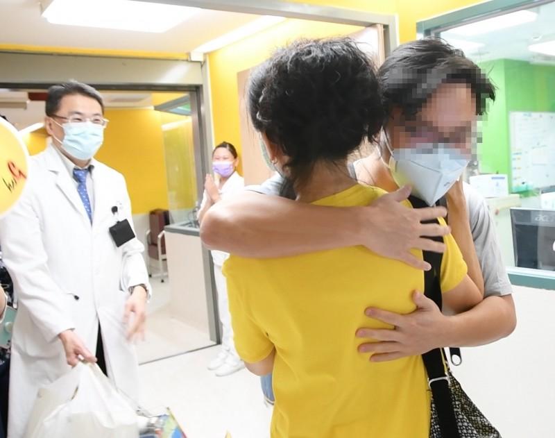 住院長達65天的確診留學生終於出院,與媽媽相擁。(記者蔡淑媛翻攝)