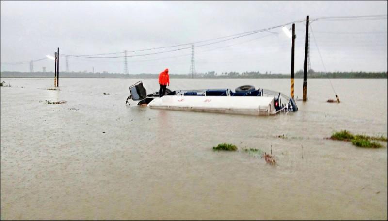 一輛大型飼料車在屏東九如鄉一處產業道路翻覆。(記者李立法翻攝)