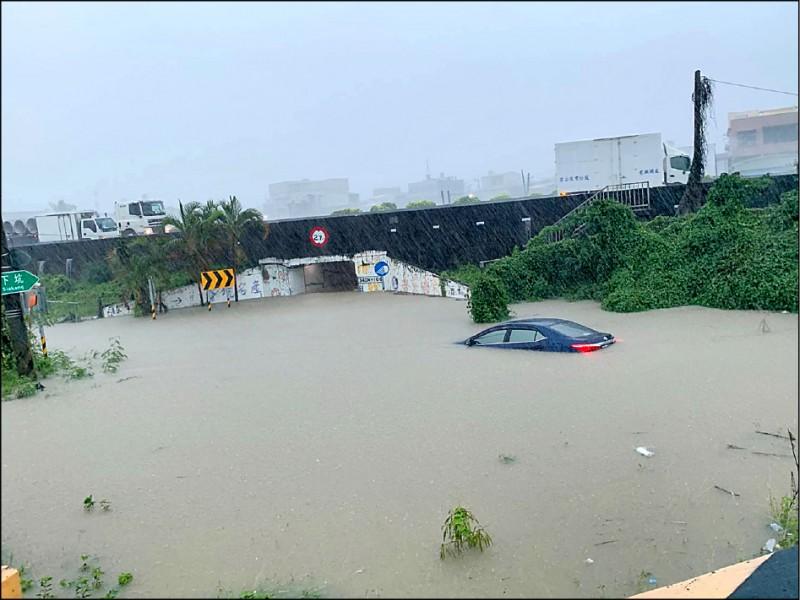 高雄路竹太平路涵洞淹水,有車主欲強行通過,車子拋錨險滅頂。(記者許麗娟翻攝)