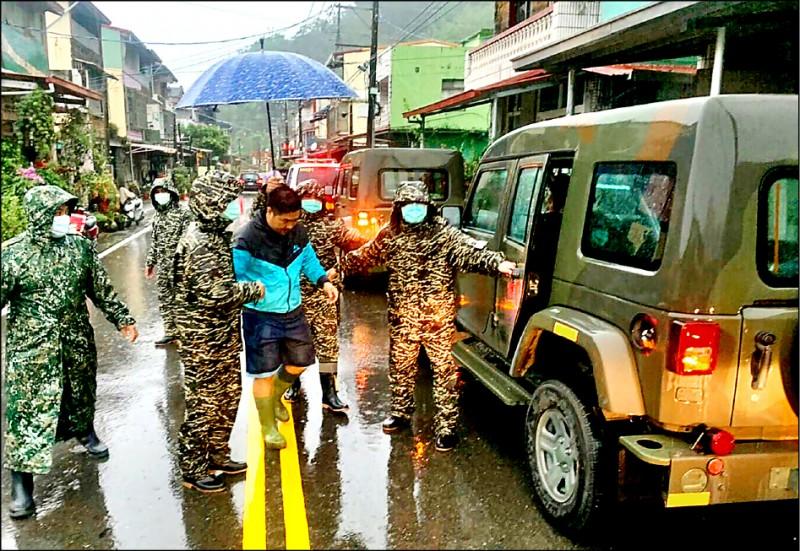 海軍陸戰隊官兵協助高雄那瑪夏區居民預防性撤。 (海軍司令部提供)