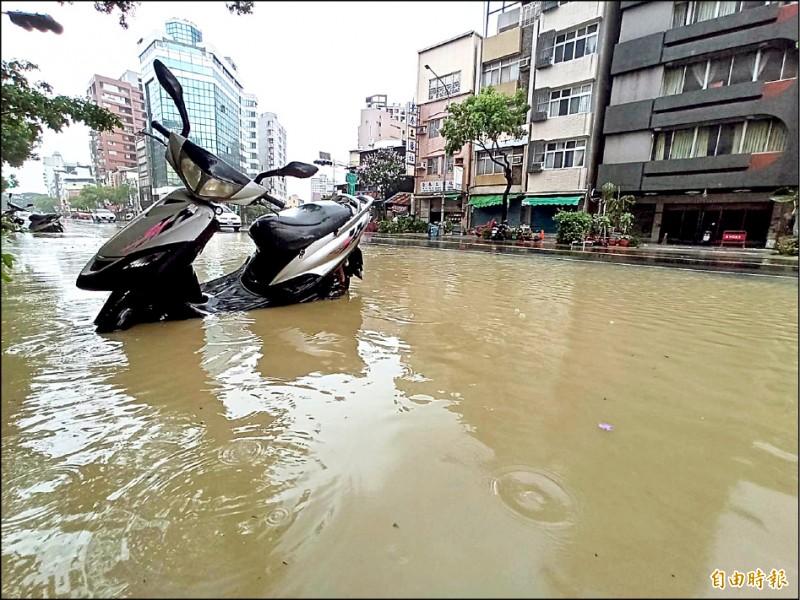 鹽埕區淹水成災,多輛車泡在泥水中。(記者黃佳琳攝)