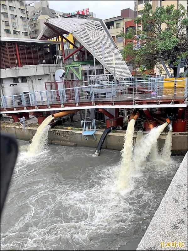 七賢截流抽水站的抽水機居然兩度故障,維修不力,導致鹽埕區大淹水。圖為七賢截流抽水站。(記者陳文嬋攝)