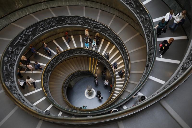 教廷今日宣布,梵蒂岡博物館將於6月1日起重新營運,令這項歷年年收約30億元的重大收入來源得以持續。圖為館內著名「現代伯拉孟特」螺旋梯。(歐新社檔案照)