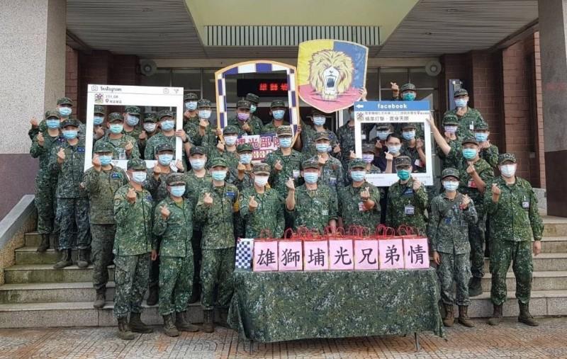 位在南部的機步333旅官兵,帶著駐地知名伴手禮萬鑾豬腳,特別長距離北上致意關懷。(圖:擷取自陸軍司令部臉書專頁)