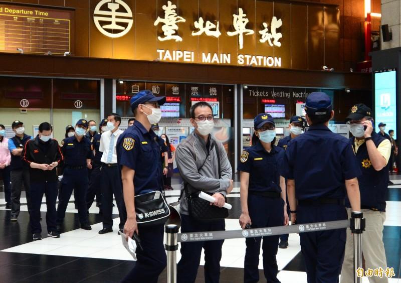 網友發起「坐爆北車大廳活動」,警方派出警力在一旁待命,防制聚眾滋事。(記者王藝菘攝)