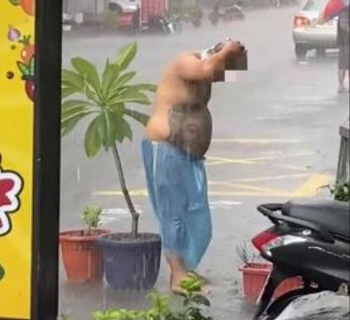 受到滯留鋒面、及西南氣流雙重影響,南台灣這兩天降下猛烈雨勢,造成高雄市多數地區淹水,除了有人拿出「彩虹小馬泳圈」戲水,高雄鳳山一名男子在雨中苦中作樂,赤裸上身在雨中洗頭,畫面曝光引發熱議。(圖擷取自臉書)