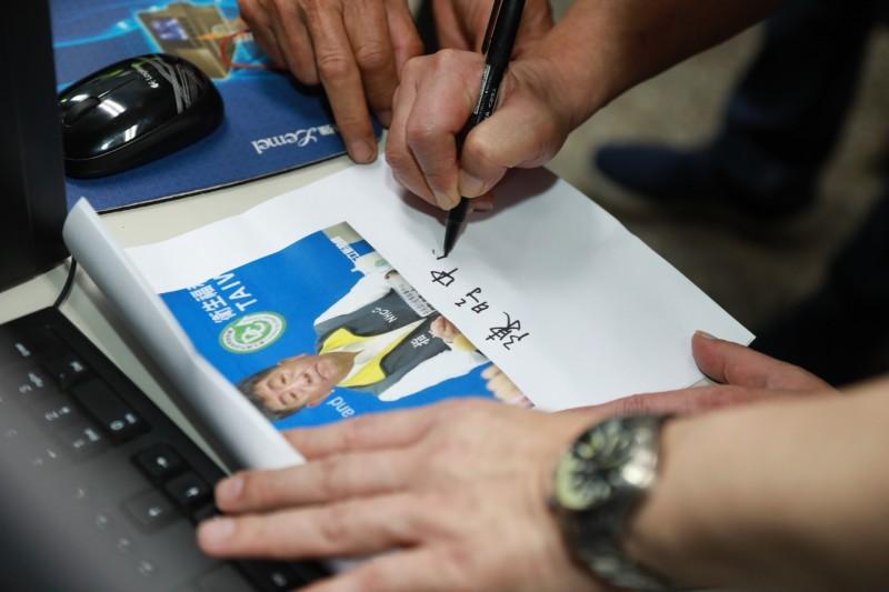陳時中替大家簽名。(指揮中心提供)