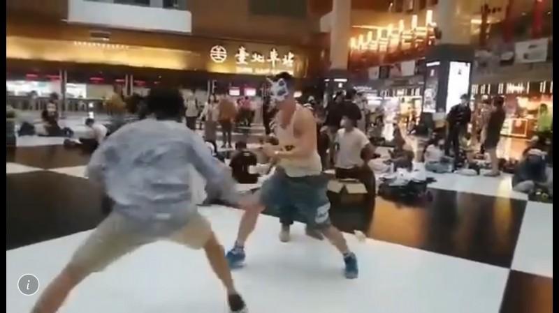 民眾們戴起口罩,手持寶特瓶當作武器,在北車大廳內玩「羅馬競技生死鬥」。(讀者提供)